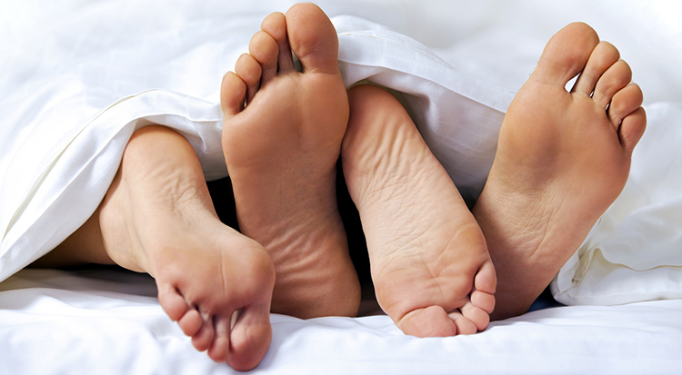 sex-feet-bed
