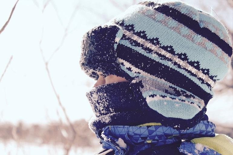 Студовата алергия предизвиква подуване на лигавиците и напукване на кожата.